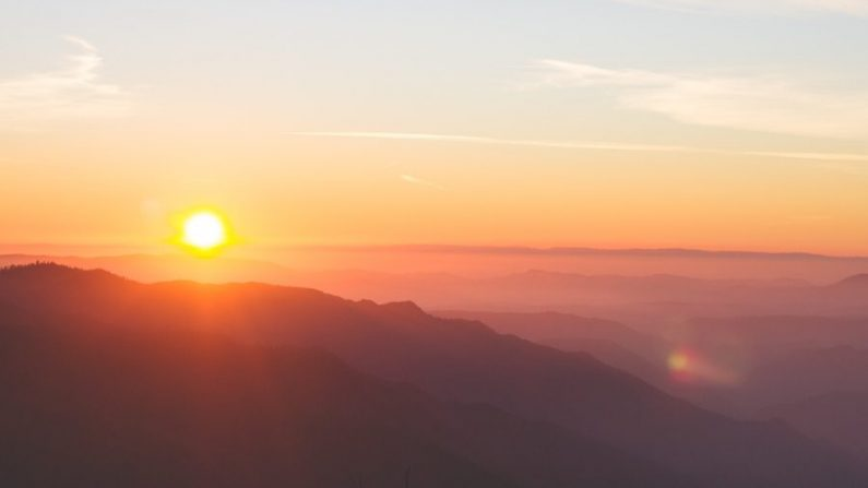 Amanecer sobre las montañas. (Josh Felise/Unsplash)