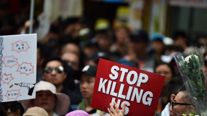 Manifestantes exhiben pancartas durante una marcha contra un proyecto de ley de extradición en Hong Kong el 16 de junio de 2019. (Hector Retamal/AFP/Getty Images)