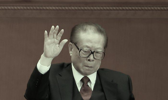 Jiang Zemin, ex secretario general del Partido Comunista Chino, levanta la mano en el 19º Congreso del Partido el 24 de octubre de 2017 en Beijing. Las afirmaciones del multimillonario chino autoexiliado Guo Wengui y el análisis de datos de las acciones sugieren que la familia Jiang puede poseer hasta 1 billón de dólares en activos ocultos. (Lintao Zhang/Getty Images)
