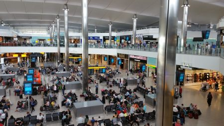 Hombre encuentra una misteriosa nota acompañada de una joya en un aeropuerto