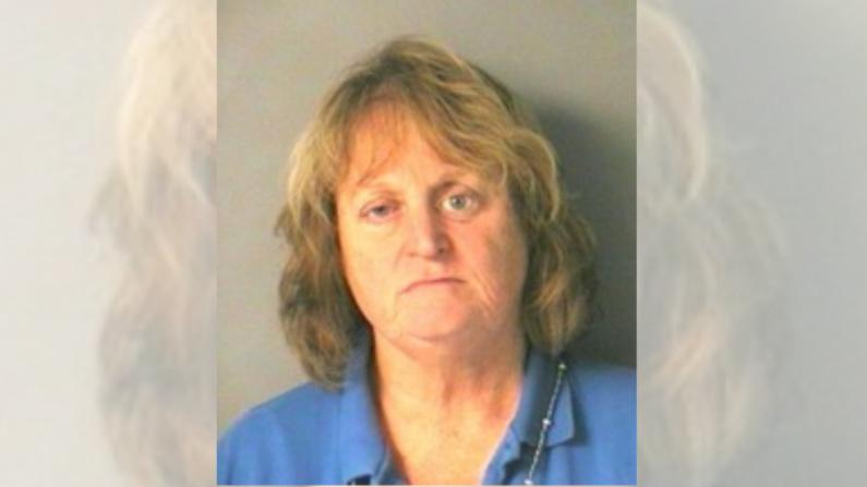 Policía dice que Nancy Bucciarelli, de 66 años, empujó a un perro de 11 años a un lago de New Hampshire el 8 de junio. (Departamento de Policía de Merrimack)
