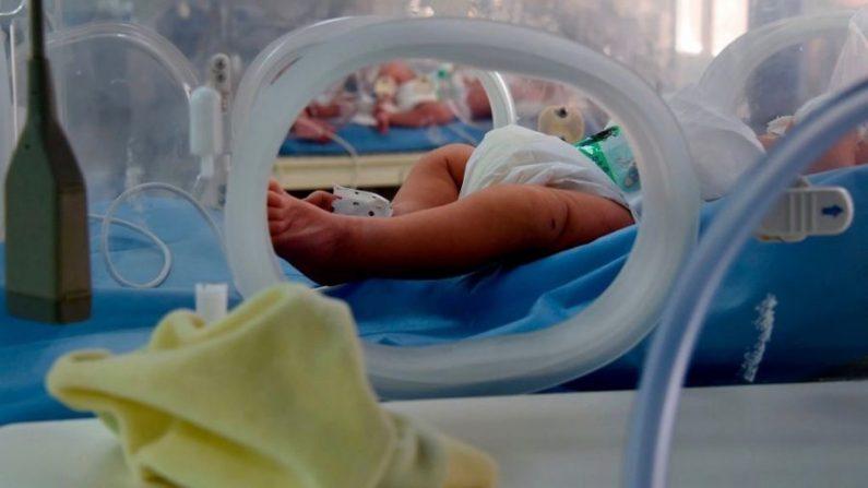 Imagen de archivo de un bebé dentro de una incubadora.  (Fethi Belaid/AFP/Getty Images)