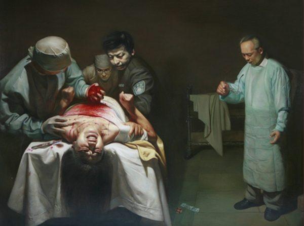"""""""Crímenes de órganos"""", una pintura al óleo de Xiqiang Dong que representa la incautación de órganos de un practicante vivo de Falun Dafa en China. (Cortesía de Xiqiang Dong)"""