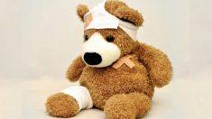Doctor realiza una cirugía en un oso de peluche roto para animar a un niño con líquido en el cerebro
