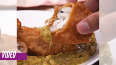 Imperdible pescado rebozado con una deliciosa salsa de aguacate