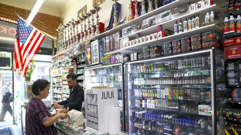 El 25 de junio de 2019 en San Francisco, California, se exhiben los componentes y productos del cigarrillo electrónico en Smoke and Gift Shop. (Justin Sullivan/Getty Images)