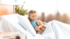 Niña con extraña enfermedad inventa bolsas intravenosas de oso de peluche para ayudar a otros niños
