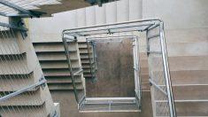 Liberan a una mujer de la cárcel pero un error la deja encerrada 2 días en unas escaleras