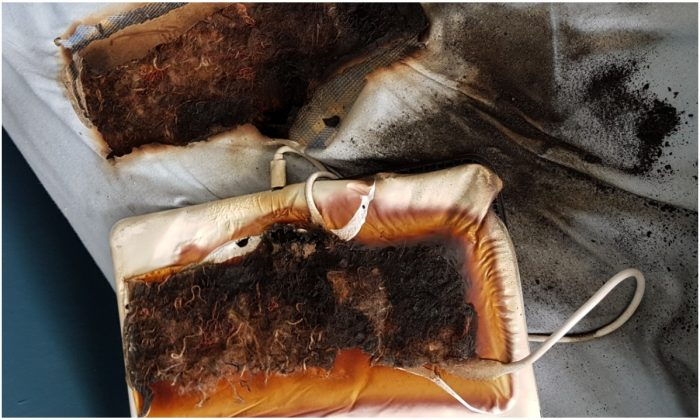Foto de un tablet y colchón derretidos y quemados después que el dispositivo se dejó conectado durante más de 24 horas, según el Servicio de Incendios y Rescate de Staffordshire, Reino Unido, el 19 de junio de 2019. (SFRS)