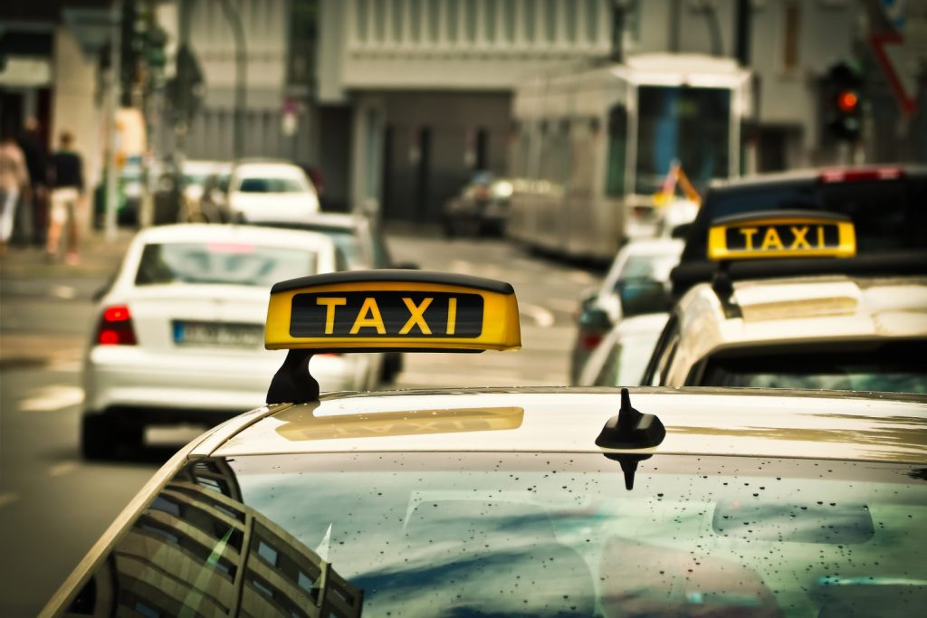 El taxista conducía hacia un puente vehicular cuando vio a una nena entre los autos. Imagen ilustrativa. (Crédito: Pixabay/IMichael Gaida)