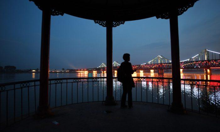 Imagen Ilustrativa de una mujer mirando hacia un puente en China. (Greg Baker/AFP/Getty Images)