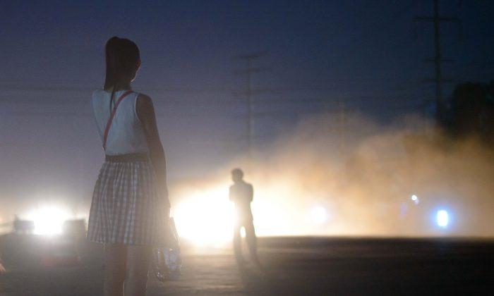 Imagen ilustrativa de una mujer esperando el colectivo durante la noche. (Ed Jones/AFP/Getty Images)