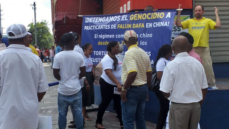 Dominicanos conocieron los ejercicios de Falun Dafa y la persecución en China en el aniversario 20 de su inicio. (Créditos: FDRD)