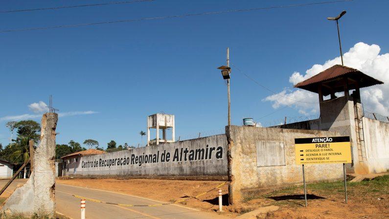 Vista exterior de este martes, del Centro de Recuperación Regional de Altamira luego de la masacre que ayer dejó 57 muertos, en Altamira (Brasil). EFE/Joédson Alves