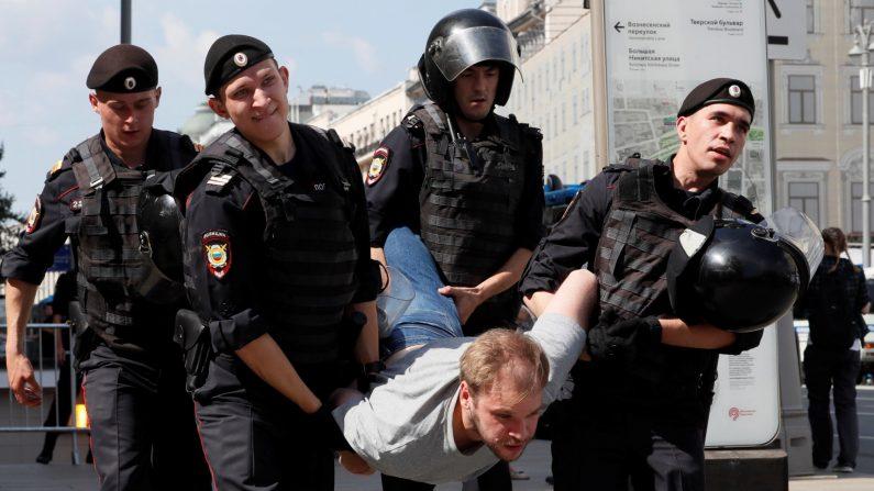 Más de mil detenidos en protesta opositora en Moscú por unos comicios justos el 27 de julio de 2019. (Yuri Kochetkov/EFE)