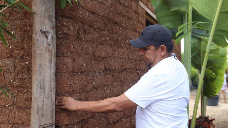 El mexicano Omar Vázquez muestra, el 26 de junio de 2019, una casa hecha con sargazo, en la ciudad de Cancún, en el estado de Quintana Roo (México). EFE/Lourdes Cruz