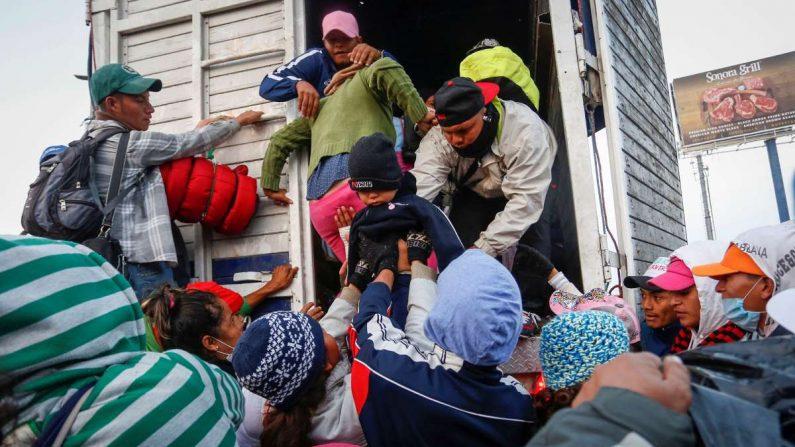 La detención de migrantes por elementos del Instituto Nacional de Migración (Inami) en coordinación con la nueva Guardia Nacional y policías municipales, y en compañía del Ministerio Público Federal. EFE/Jacqueline López/Archivo