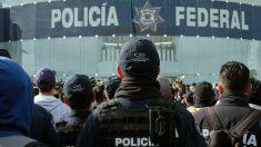 Policías federales protestan contra el gobierno bloqueando accesos al Aeropuerto Internacional de México