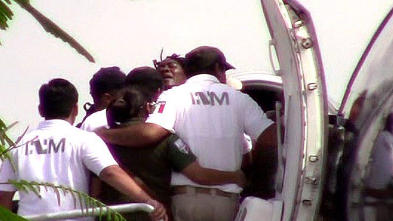 Agentes del Instituto Nacional de Migración intentan introducir a una aeronave de la Policía Federal a uno de los 81 haitianos que se encontraban en situación migratoria irregular en la ciudad de Tapachula, el sábado 29 de junio en el estado de Chipas (México).EFE/Juan Manuel Blanco/