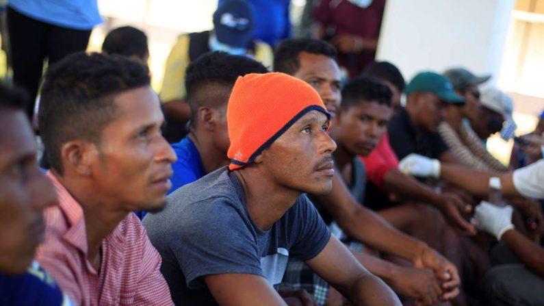 Sobrevivientes de un accidente de barco llegan este jueves a la Base Naval de Cataratas, Puerto Lempira, en el departamento Gracias a Dios (Honduras). Al menos 27 personas murieron ahogadas al naufragar este miércoles la embarcación en la que se transportaban en aguas del Caribe de Honduras, informó una fuente oficial. EFE/Jorge Cabrera