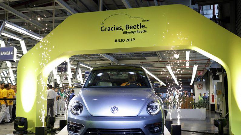 Volkswagen Beetle se despide en la planta VW de la ciudad de Puebla (México). EFE/ Hilda Ríos