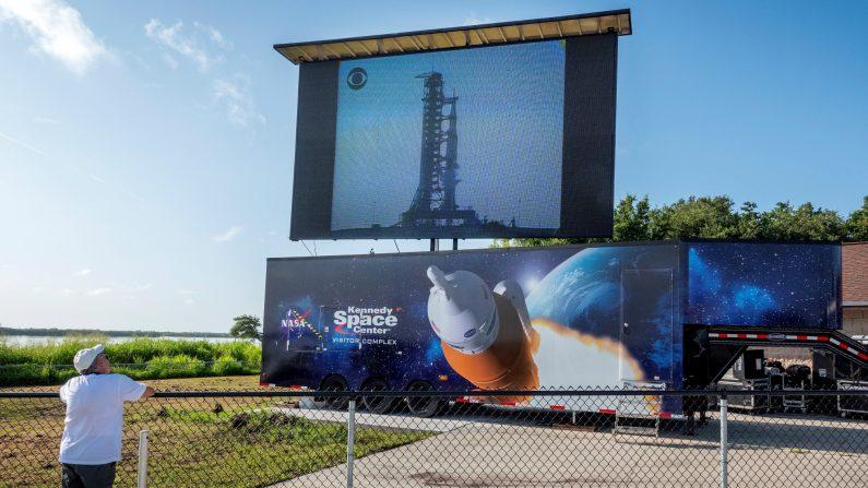 Un espectador revive el histórico lanzamiento del Apolo 11 exactamente 50 años después durante el evento de lanzamiento del Apolo 11 en el área de observación de Banana Creek en Cabo Cañaveral, Florida, EE.UU., el 16 de julio de 2019. El 16 de julio de 1969 a las 9:32 de la mañana, los astronautas Neil Armstrong, Buzz Aldrin y Michael Collins lanzaron un cohete Saturn V hacia la Luna. El año 2019 marca el 50º aniversario del primer alunizaje, el 20 de julio de 1969. EFE/EPA/CRISTOBAL HERRERA