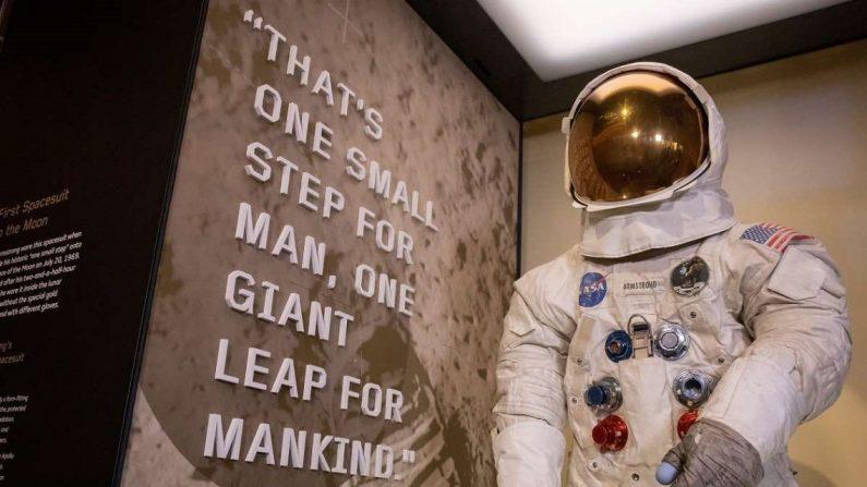Traje espacial del astronauta estadounidense Neil Armstrong utilizado en la misión Apolo 11 en el Museo Nacional del Aire y el Espacio del Smithsonian en Washington, DC, EE.UU., el 16 de julio de 2019. El traje espacial, que estuvo fuera de exhibición durante siete años durante su restauración, se volvió a poner en exhibición como parte del 50 aniversario de la misión Apolo 11 a la Luna. EFE/EPA/ERIK S. LESSER
