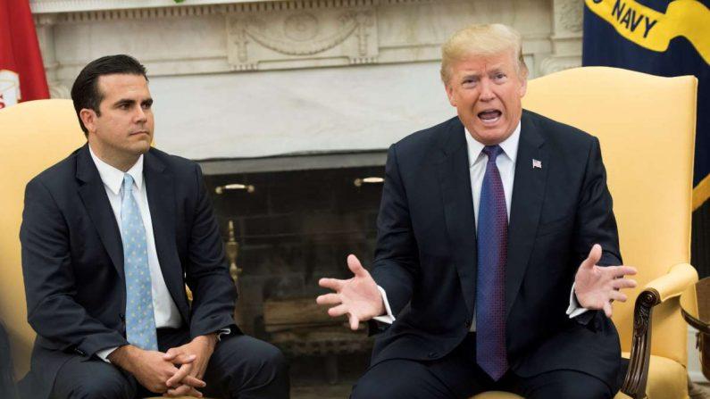 El presidente de EE.UU., Donald Trump (d), junto al gobernador de Puerto Rico, Ricardo Rossello (i). EFE/ Kevin Dietsch/Archivo