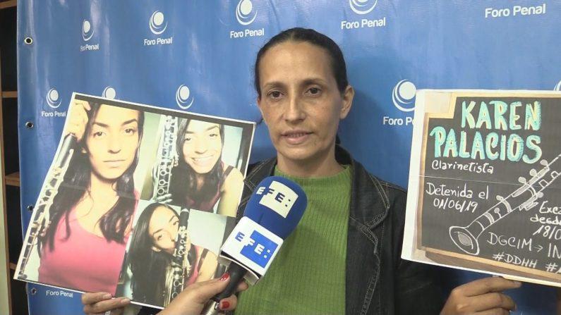 Judith Pérez, madre de la clarinetista venezolana Karen Palacios, detenida por un tuit en el que mostraba sus diferencias con el régimen de Nicolás Maduro. EFE