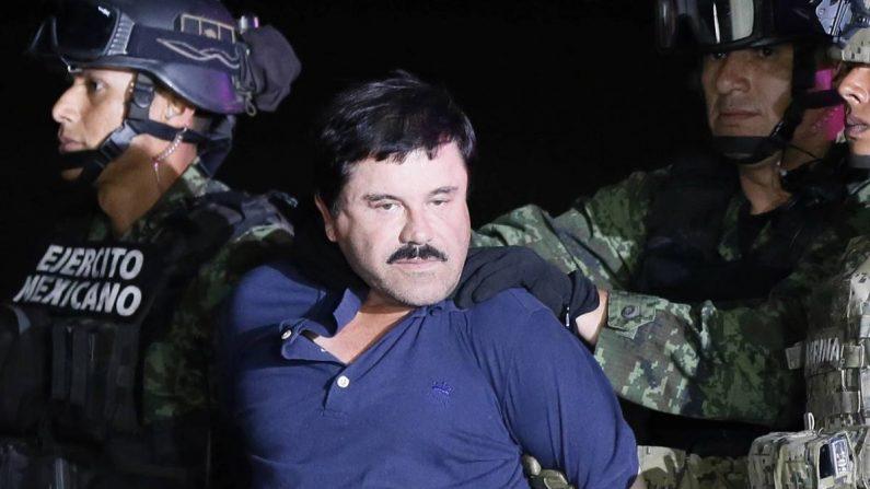 """El narcotraficante Joaquín """"El Chapo"""" Guzmán (c) es conducido el 8 de enero de 2016, a un helicóptero de la Marina Armada de México, en la capital mexicana tras su recaptura en la ciudad de Los Mochis, Sinaloa (México). EFE/José Méndez/Archivo"""