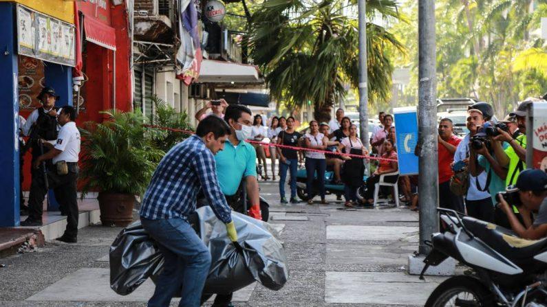"""Grupo armado irrumpió bar ubicado sobre la costera Miguel alemán en el puerto de Acapulco donde privaron de la vida a 4 personas y lesionando al menos a 7 personas todas dentro del bar con nombre """"MR.BAR"""" ubicado en la zona dorada del puerto. EFE/ David Guzmán."""
