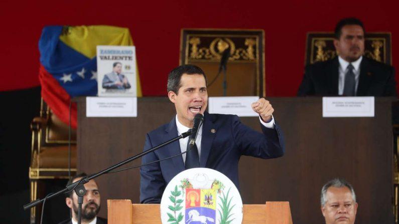 El presidente de la Asamblea Nacional y presidente encargado de Venezuela, Juan Guaidó, participa en una sesión especial de calle cuando se cumplen seis meses desde su juramento como presidente interino del país el 23 de julio de 2019, en la Plaza Alfredo Sadel, en Caracas (Venezuela). EFE/Rayner Peña