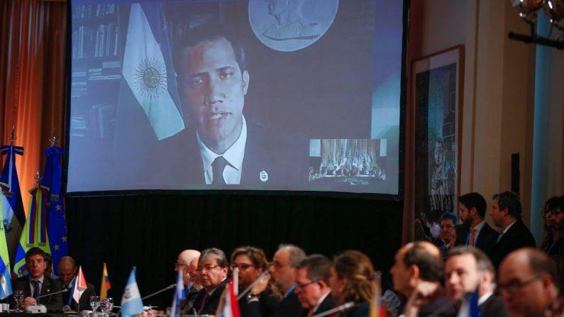 El presidente de la Asamblea Nacional y presidente encargado de Venezuela, Juan Guaidó, participa a través de videoconferencia en una reunión de ministros de Relaciones Exteriores de los países que integran el Grupo de Lima el 23 de julio de 2019, en Buenos Aires, Argentina. (EFE/ Juan Ignacio Roncoroni)