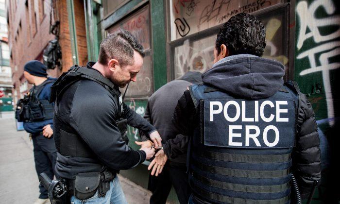 En esta imagen sin fecha proporcionada por el Servicio de Inmigración y Control de Aduanas, oficiales de inmigración arrestan a un extranjero ilegal para su deportación. (Dominio Público)