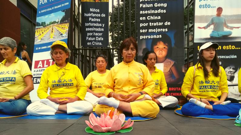 Practicantes de Falun Dafa en México piden el fin de la brutal persecución iniciada hace 20 años por el régimen chino. (Cortesía de la Asociación de Falun Dafa en México)