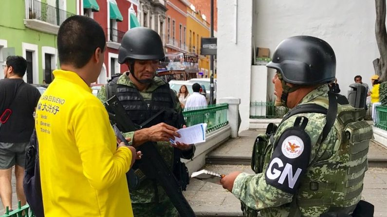 En Puebla los transeúntes conocen los hechos de la persecución a Falun Dafa. (crédito: LGE)