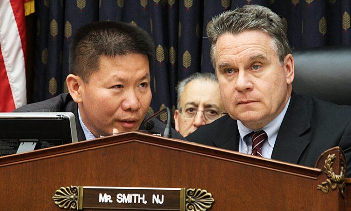 El pastor Bob Fu, fundador y presidente de la Asociación ChinaAid, traduce a Chen Guangcheng hablando en vivo por teléfono para el representante Chris Smith, en la subcomisión de Asuntos Exteriores de la Cámara de Representantes sobre África, Salud Global y Derechos Humanos, el 15 de mayo. (Shar Adams/La Gran Época)