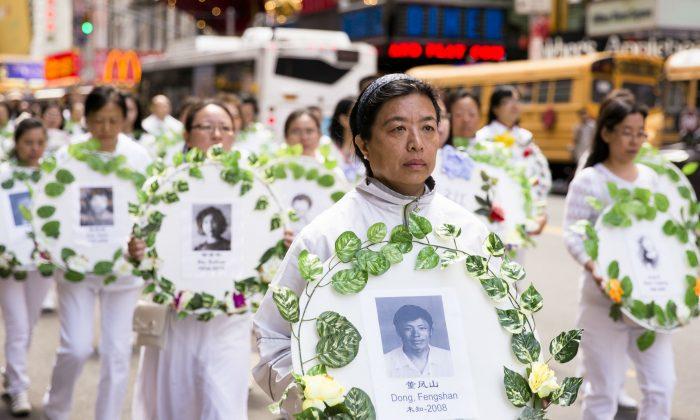 Practicantes de Falun Dafa sostienen coronas con fotos de personas que fueron asesinadas dentro de China por sus creencias, en un desfile en la ciudad de Nueva York, el 12 de mayo de 2017. (Samira Bouaou/La Gran Época)