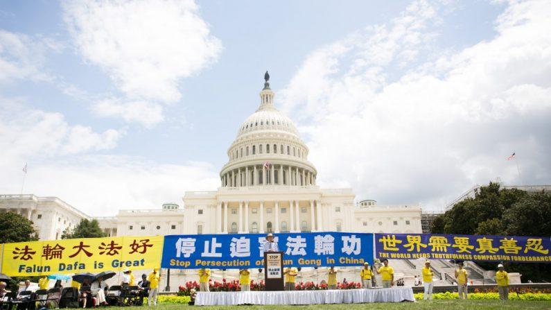 Miles de practicantes de Falun Dafa se reunieron en una mitin para conmemorar el vigésimo aniversario de la persecución de la práctica espiritual a manos del régimen chino en Washington el 18 de julio de 2019. (Li Sha/La Gran Época)