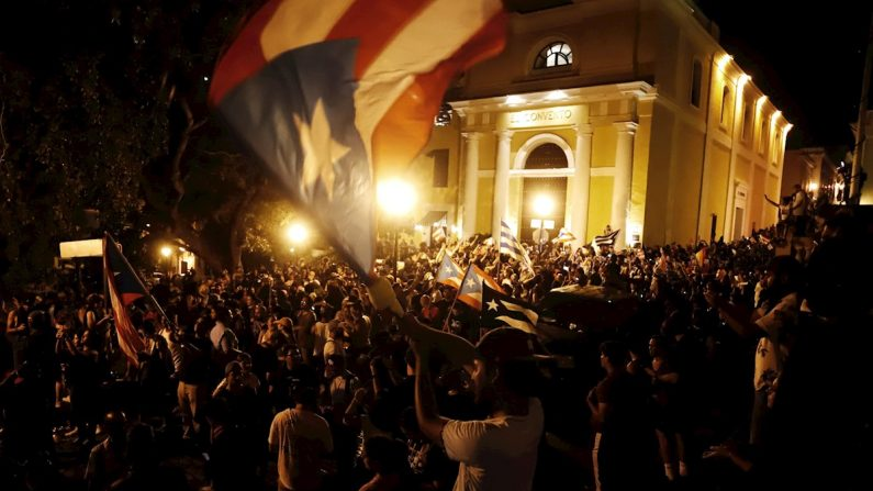 Miles de personas celebran tras el anuncio del gobernador de Puerto Rico, Ricardo Rosselló, en los alrededores de la Fortaleza, en San Juan (Puerto Rico), el 24 de julio de 2019. EFE/ Thais Llorca