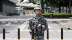 Ejército chino realiza un ejercicio antidisturbios cerca de Hong Kong