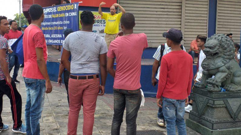 Jóvenes dominicanos observan los ejercicios de Falun Dafa en el barrio chino de Santo Domingo, República Dominicana, el 20 de julio de 2019. (Crédito: FD-Rep. Dom.)