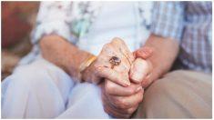 Hombre de 100 años fallece 28 horas después de su esposa, adivina las últimas palabras que le susurró