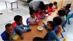 Abuela alimenta a niños hambrientos 7 días a la semana solo por una 'promesa al Señor'