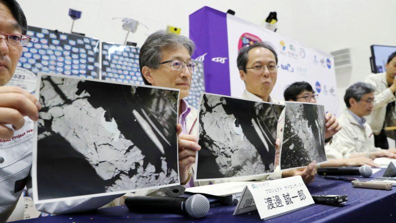 Yuichi Tsuda (3-izq), director del proyecto Hayabusa2 de JAXA, sostiene una foto que muestra el momento inmediatamente después del aterrizaje de Hayabusa2 en el asteroide Ryugu con el personal del equipo del proyecto en el Instituto de Ciencias Espaciales y Astronáuticas (ISAS) de JAXA en Sagamihara, Prefectura de Kanagawa, Japón, el 11 de julio de 2019. EFE/EPA/JIJI JAPAN