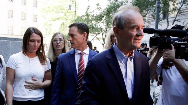 El abogado David Boies (der) y el abogado Bradley Edwards (C) conducen a las presuntas víctimas sexuales Courtney Wild (izq) y Annie Farmer (atrás) a través de la multitud de medios de comunicación después de una audiencia de detención del acusado de tráfico sexual Jeffrey Epstein en el Tribunal Federal de los Estados Unidos en Nueva York, Nueva York, EE.UU., el 15 de julio de 2019. EFE/EPA/JASON SZENES