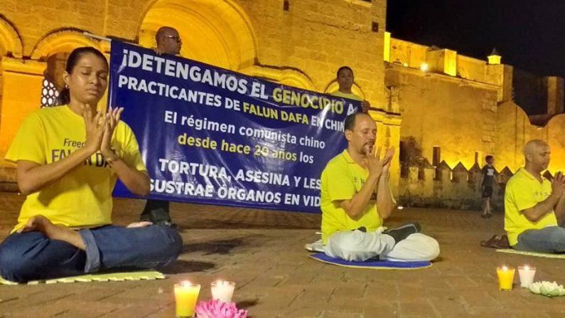 Pacíficas manifestaciones en República Dominicana recuerdan 20 años de genocidio y piden fin a brutal persecución en China. (Cortesía Falun Dafa en República Dominicana)