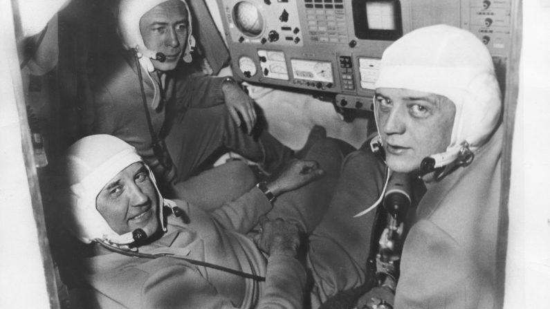 Los cosmonautas rusos Georgi Dobrovolski (1928 - 1971), Vladislav Volkov (1935 - 1971) y Viktor Patsayev (1933 - 1971) de la misión espacial Soyuz 11, junio de 1971. Los tres hombres murieron durante su regreso a la Tierra, tras un exitoso acoplamiento con la estación espacial Salyut 1. (Foto de Keystone/Hulton Archive/Getty Images)
