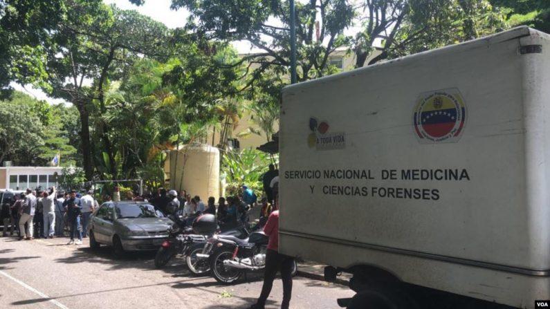 Trasportan el cuerpo de Acosta a la morgue de Bello Monte, la más importante de Caracas. (VOA)