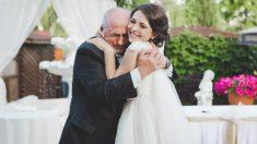 Imagen del abuelo comiendo solo junto a la foto de su esposa en la boda de su nieta se vuelve viral